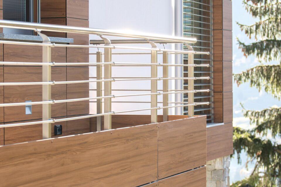 Parapetti combinazione pannelli HPL tinta legno e tondini in acciaio inox