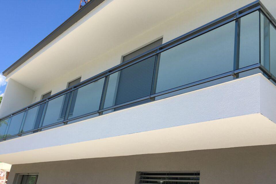 Immagine per Parapetti e scala interna in vetro - 2