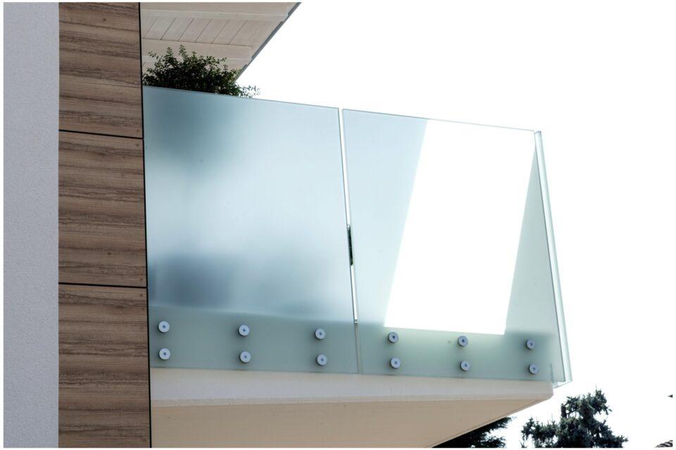 Immagine per Parapetti in vetro bianco opalino e facciata hpl a Bergamo - 6
