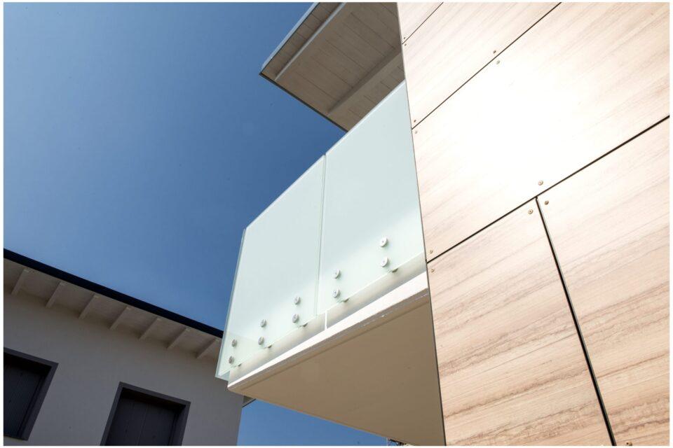 Immagine per Parapetti in vetro bianco opalino e facciata hpl a Bergamo - 5