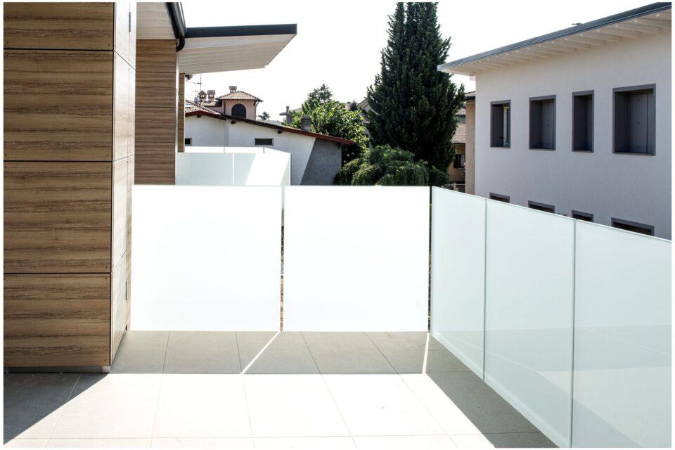 Immagine per Parapetti in vetro bianco opalino e facciata hpl a Bergamo - 2