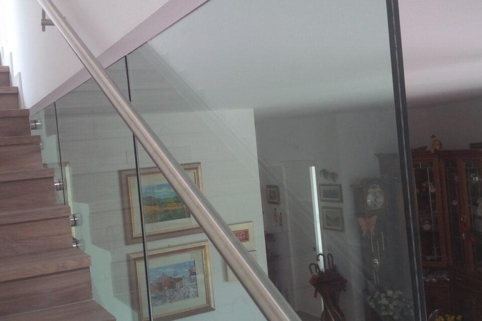 Immagine per Parapetti e scala interna in vetro - 6