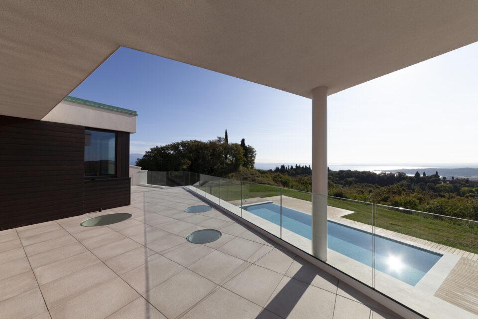 Parapetti in vetro interni ed esterni - Villa con piscina
